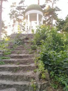 En gammal utsiktspaveljong med sitna trappor Jurmala