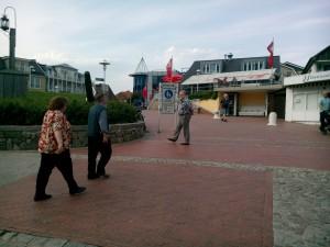 Glad Uffe på väg in på affärsgatan