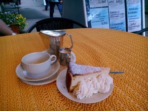 Fin kaffekanna och ostkaka på Cafe Heidrich