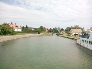 Bro öppning på väg in i slussen i Borensberg