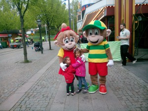 Nellie och Eleni med Gröna lund maskotar