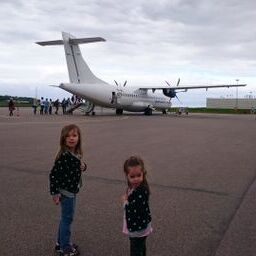 på väg till flygplanet