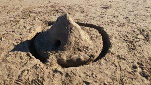Barnen bygger sandslott stranden Playa de los Náufragos