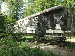 Carolina Falkholt målat klotter på en järnvägsvagn utanför Wanås slotts park