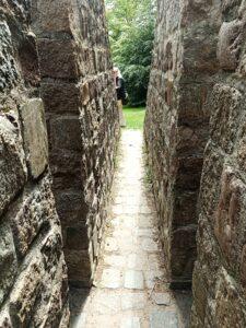 inne i pyramiden finns stenväggar Wanås slott parken
