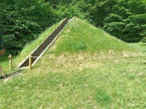 Gunilla Bandolin pyramid i gärsmattan Wanås slott park
