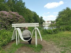 Uffe sitter på Jeppe Heins bänk Wanås slott