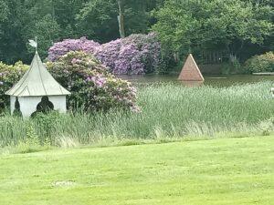 Rana Begums rörpyramid i dammen Wanås slott