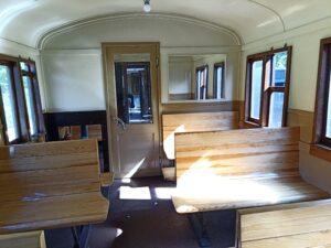 tredjeklassvagn med träbänkar