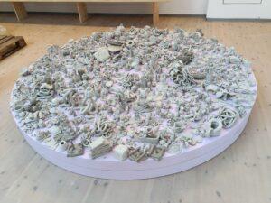 Publiken skapar konst i keramik i en cirkel