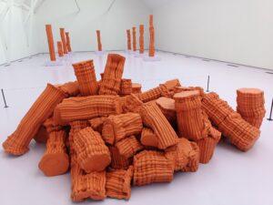 Anton Alvarez lerfigurer i orange